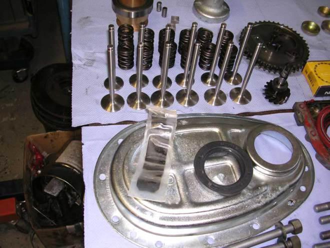 Diverse Motorbauteile nach der Instandsetzung
