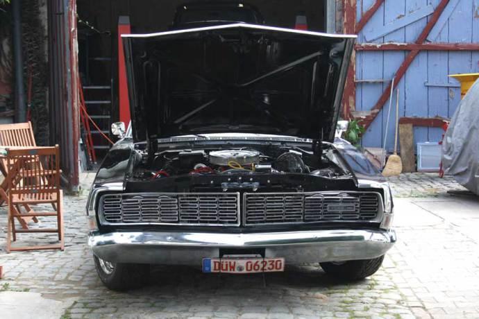 US Car mit geöffneter Motorhaube